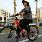 بالفيديو و الصور: مصممة أزياء سعودية تبتكر زي نسائي جديد لقيادة الدراجات الهوائية بجدة
