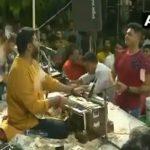 شاهد: إغراق منشد ديني بالنقود في حفل بالهند!