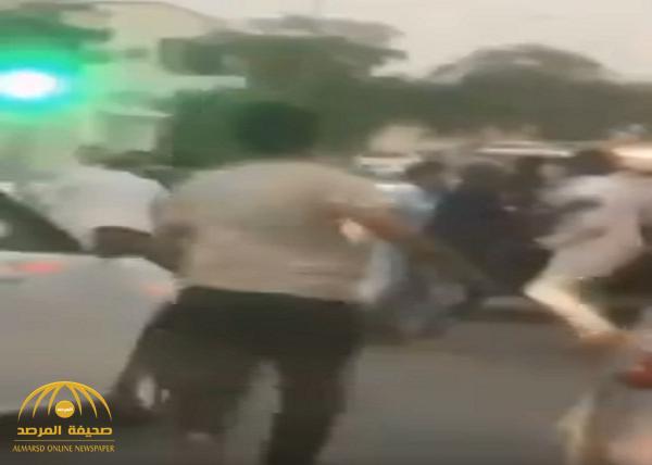 """شاهد بالفيديو: مضاربة قوية  قبل الفطور  عند إشارة مرور في """"الرياض"""""""