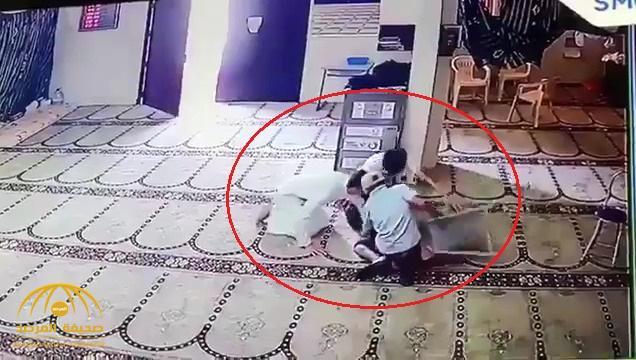 شاهد : أطفال يسرقون صندوق تبرعات أحد المساجد بالبحرين .. وأحدهم يقوم بفعل غريب قبل أن يهرب !