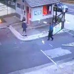 شاهد.. رجل يشعل النار في حارس أمن بالبرتغال