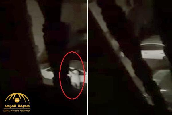 بالفيديو : خليجي يتهجم على طليقته في منزلها ليلاً