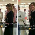 شاهد.. الوليد بن طلال يمازح إحدى الموظفات بمكتبه ويلتقط لها صورة!
