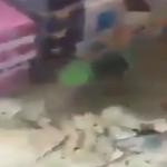 شاهد إيراني بعد انهيار عملة بلاده يمسح بها الأرض ويلقيها في سلة النفايات!