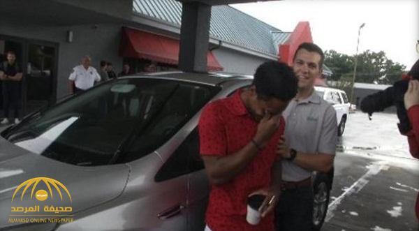 بالصور والفيديو :كي لا يتأخر على عمله.. موظف أمريكي يقطع مسافة خيالية سيرًا على قدميه.. وهكذا فاجئه مدير الشركة!