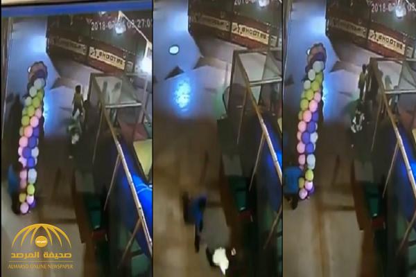 بالفيديو: عامل يستدرج طفل للتحرش به في مدينة ملاهي شهيرة بجدة.. وهذه ردة فعله حينما رأته فتاة!