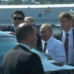 """بالفيديو : بوتين يشهر سلاحاً سرّياً أمام """"وحش"""" ترامب!"""
