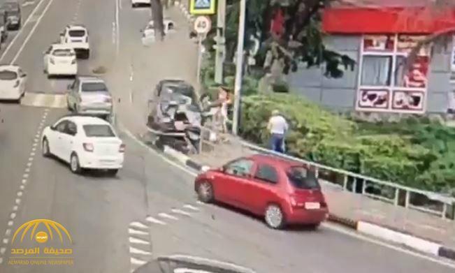 بالفيديو : شاهد حادث مروع ودهس شخصين في روسيا