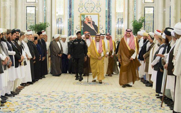 بالصور: شاهد لحظة استقبال خادم الحرمين لوفد العلماء المشاركين في المؤتمر الدولي للعلماء المسلمين حول السلام في أفغانستان
