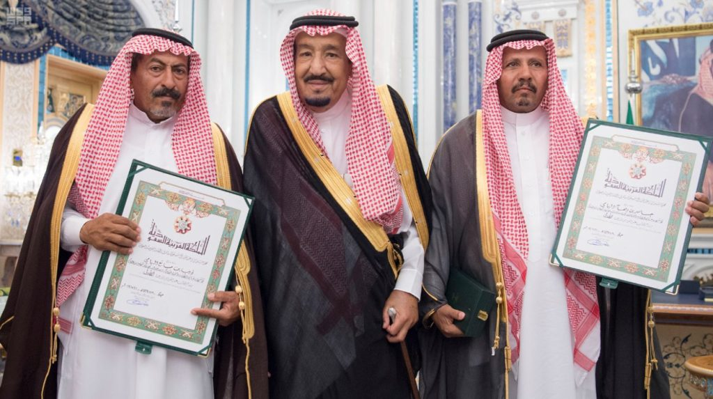 بالصور: خادم الحرمين يمنح وسام الملك عبدالعزيز للمبتعثين الشهيدين جاسر وذيب ومليون ريال لورثة كل منهما