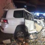 """شاهد حادث مروع  لسيارة  """"لاند كروز"""" اصطدمت بسور خرساني على طريق صبيا !-صورة"""