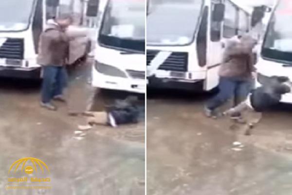 فيديو صادم.. شاهد: جزائري يوجه صفعة قوية لطفل إفريقي مهاجر ويسقطه أرضا!