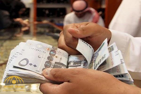 """مواطنون يشكون تضررهم من مخالفة بعض البنوك لقرار """"ساما"""".. واستقطاع قسطين من رواتبهم!"""