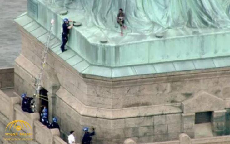 """""""امرأة"""" تتسبب في إخلاء ساحة تمثال الحرية بـ""""نيويورك""""!- صور"""