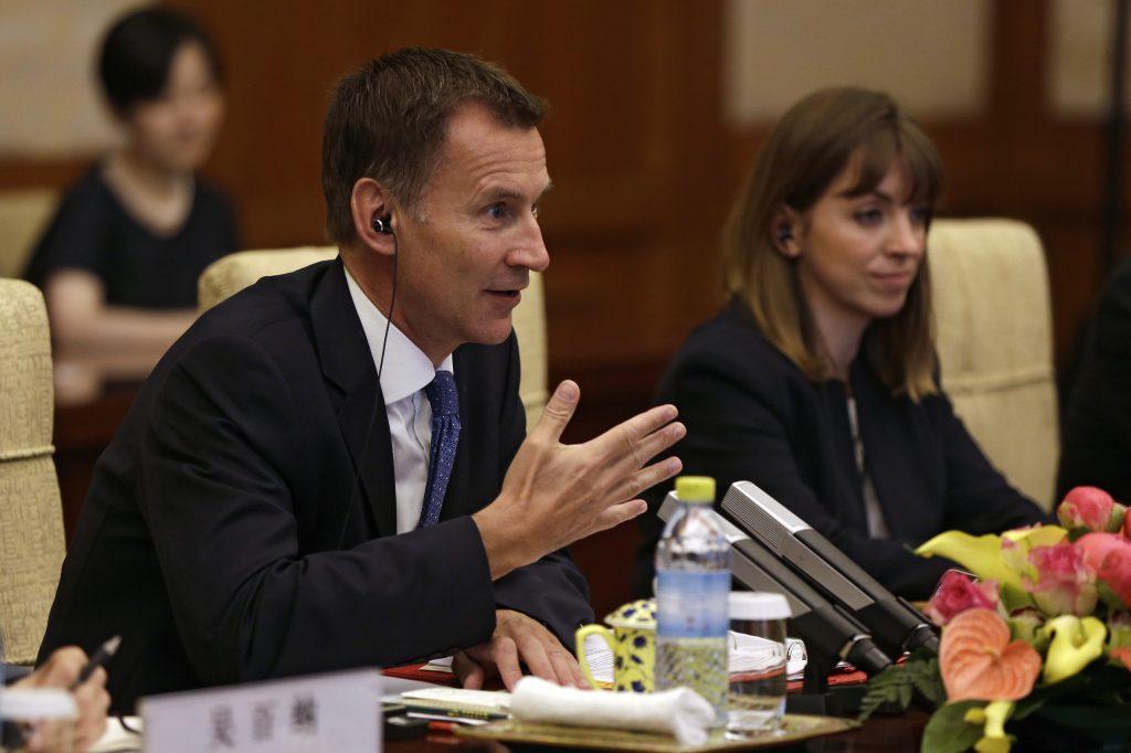 شاهد ..وزير الخارجية البريطاني يضع نفسه في موقف محرج أضحك الجميع بسبب جنسية زوجته  أثناء لقاء نظيره الصيني !