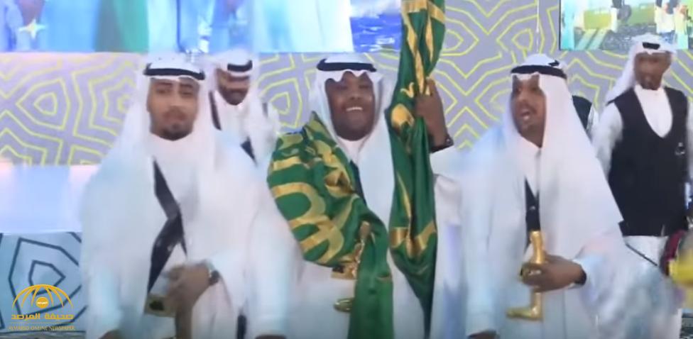 """شاهد بالفيديو: مدير جامعة سعودية يرقص """"العرضة"""" مع الطلاب"""