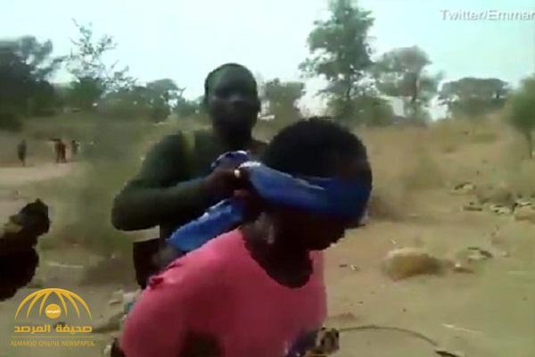 شاهد .. الجيش الكاميروني يعدم سيدتين وطفليهما أمام الملأ