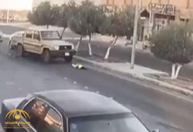 """شاهد بالفيديو.. لحظة تعرض طفلة للدهس بسيارة """"شاص"""" في طريق عام بالمملكة"""