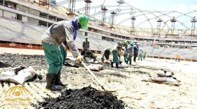 """تكتم عن أعداد الوفيات .. صحيفة """"لوموند"""" الفرنسية:  العالم صدم من تعامل قطر تجاه العمال من أجل إنشاء الملاعب وتصفه بالعبودية"""