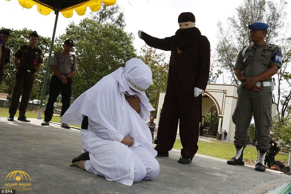 بالصور .. جلد رجل وامرأة أمام حشد من الناس في إندونيسيا لممارستهما الزنا قبل الزواج