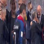 شاهد .. الفتاة التي تقف خلف بوتين تخبىء ميدالية دون أن يراها أحد خلال تتويج فرنسا !