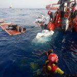 جريمة مروعة.. شاهد: جثة امرأة وطفل في وسط البحر بعد تدمير المركب المتجه بهما نحو أوروبا!