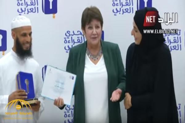 بالفيديو.. ملتحي متشدد يتعمد عدم  مصافحة وزيرة ويرفض النظر إليها بالجزائر!