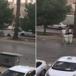 شاهد .. لحظة الاعتداء على شخص ومحاولة سرقته في وضح النهار بالرياض
