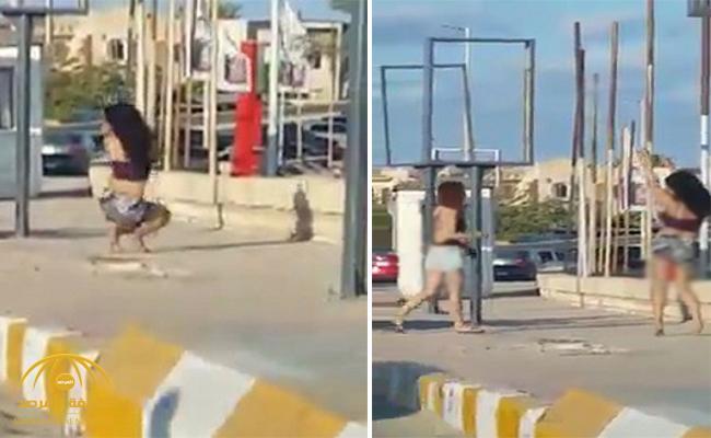 بالصور .. فتاة مصرية بملابس قصيرة تؤدي وصلة رقص مثيرة على الرصيف أمام المارة