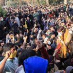 """بالفيديو .. الإيرانيون يتظاهرون ضد خامنئي في أصهفان مرددين """"استح واترك الحكم"""" .. والأمن يطلق عليهم الرصاص"""