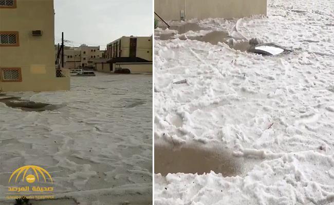 ظاهرة غريبة .. شاهد : هطول الأمطار وتساقط البرد على خميس مشيط رغم موجة الحر العالمية