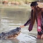 شاهد.. فتاة تداعب تمساحًا عملاقًا في يوم تخرجها!