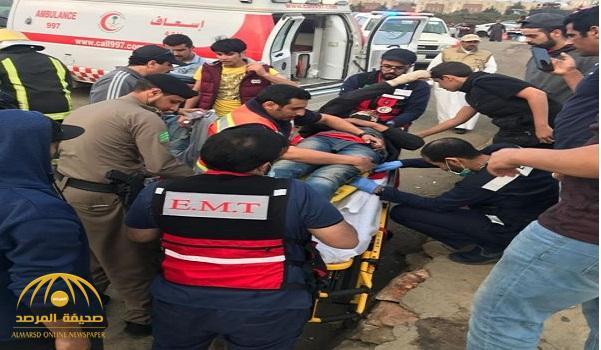 """بالفيديو والصور.. شاهد لحظة سقوط """"طيار شراعي"""" في منطقة عسير"""