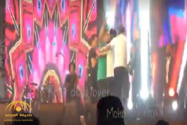 شاهد: عمرو دياب يضرب حارسه الخاص على المسرح وأمام الجمهور.. والكشف عن السبب!