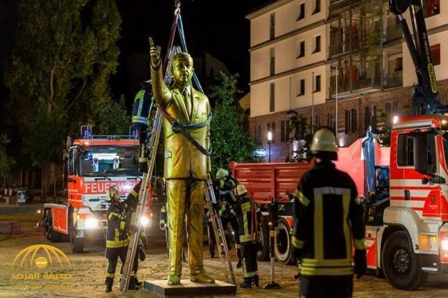شاهد: لحظة اقتلاع تمثال أردوغان الذهبي من مدينة ألمانية.. والكشف عن السبب!