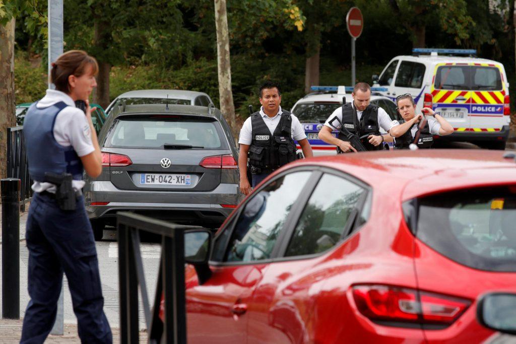 """هجوم إرهابي في باريس .. شخص يهتف """"الله أكبر"""" ويقتل أمه وشقيقته طعناً – صور"""