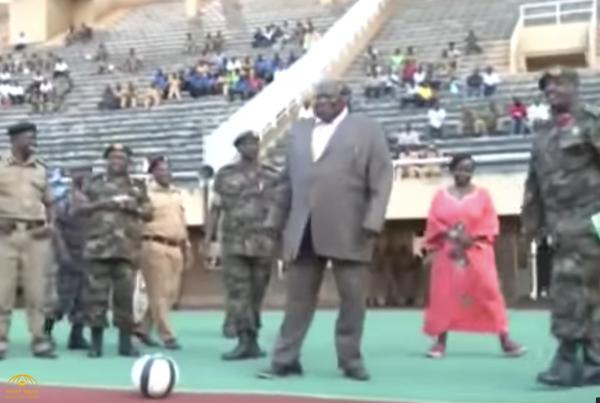 """شاهد مسؤول أفريقي """"سمين"""" يتعرض لموقف مضحك على الهواء أمام مؤيديه"""