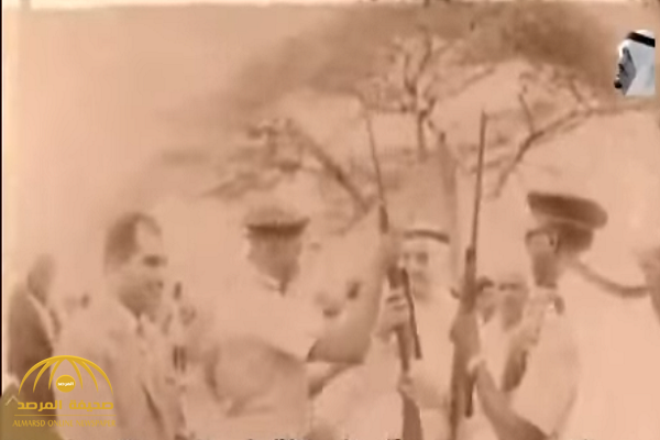 شاهد.. مقطع نادر يوثق اصطياد الملك فهد زرافة في الصومال عام 1388