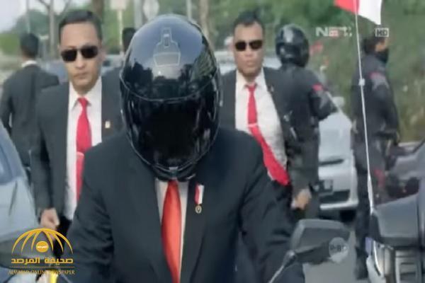 شاهد.. رئيس إندونيسيا يثير ضجة كبيرة بقيادته دراجة نارية في شوارع جاكرتا!