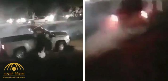 """بالفيديو.. """"مفحط""""  يفرم  """"رفيقه """" تحت عجلات سيارته بطريقة مروعة في عُمان"""
