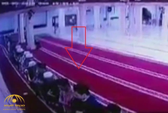فيديو جديد لحظة هروب المصلين أثناء زلزال إندونيسيا .. شاهد كيف نجوا من الموت بعد انهيار سقف المسجد