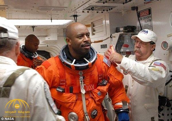 رائد فضاء أمريكي يرى جسما غريبا يشبه الكائنات الفضائية داخل مكوك – صور