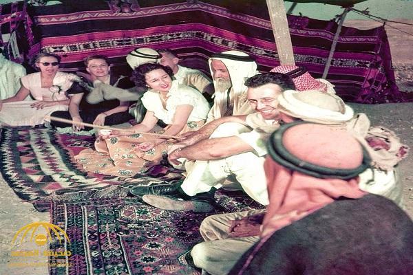 """شاهد.. صورة قديمة لموظفين أجانب وسعوديين في """" أرامكو""""  داخل خيمة بالصحراء … ومغرد يكشف عن تاريخها!"""