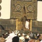 """شرطة مكة تعلق على مقطع فيديو  أظهر """"حاجاً"""" حاول فتح باب الكعبة .. وتكشف عن حالته الصحية"""