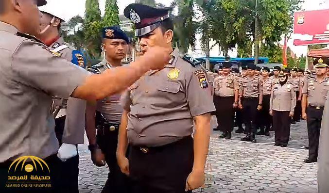 شاهد ماذا يحدث في إندونيسيا إذا حصل شرطي على رشوة