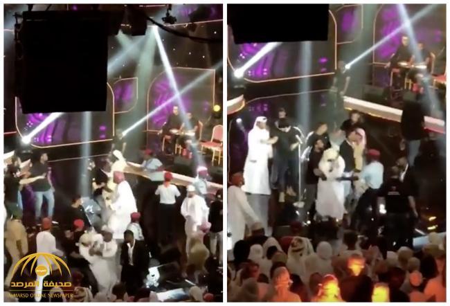 بعد احتضان فتاة لماجد المهندس.. شاهد ماحدث للفنان الإماراتي عيضة المنهالي على المسرح بسلطنة عمان