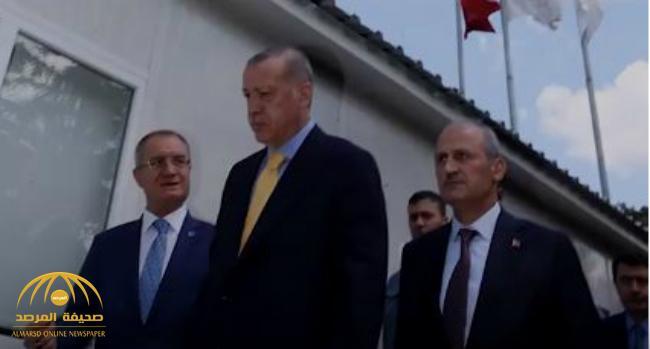 بعد محاولة اغتيال الرئيس الفنزويلي.. شاهد: ماذا فعل حراس أردوغان لتأمينه أثناء زيارته لأحد المساجد؟!