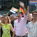 بالصور.. رئيس وزراء كندا وزوجته يقودان مسيرة لدعم المثليين!