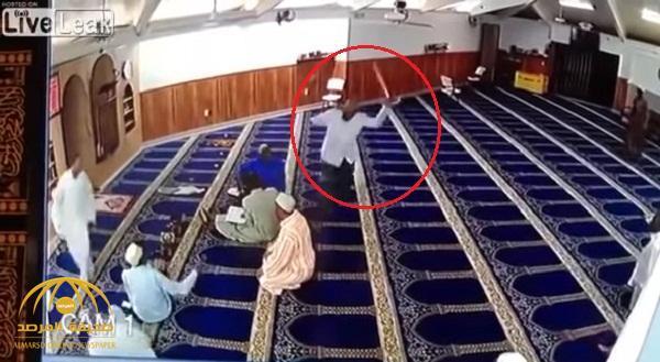 شاهد .. شخص يهاجم المصلين داخل مسجد بإندونيسيا ويصيب أحدهم