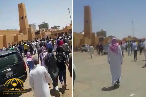 """رفض التنازل عن حق ابنه طوال سنوات .. مواطن يفاجئ القاتل في ساحة القصاص بـ """"الخرج""""!  – فيديو"""